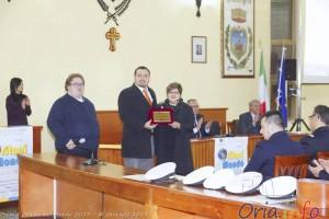 Il presidente Pierdamiano Mazza premiato dall'assessore Mariagrazia Iacovazzi - foto Claudio Matarrelli
