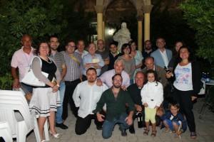 Don Pietro De Punzio (terzo inginocchiato da sx) con gli organizzatori e alcuni tra gli intervenuti